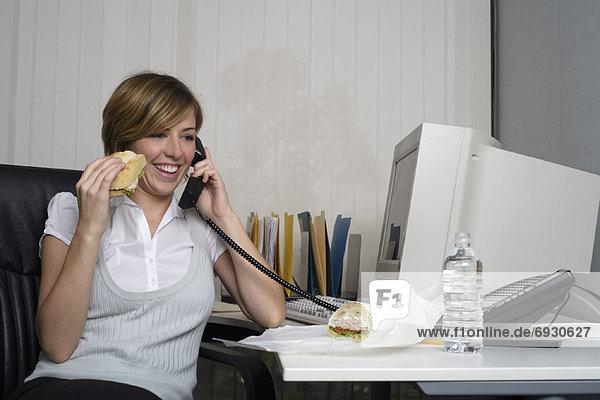 Geschäftsfrau  Schreibtisch  essen  essend  isst