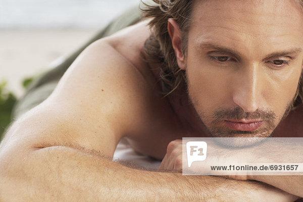 liegend liegen liegt liegendes liegender liegende daliegen Mann Massage Close-up Tisch