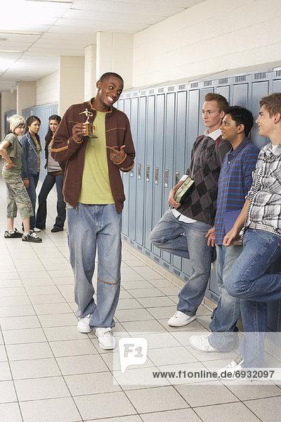 Korridor Korridore Flur Flure hoch oben zeigen Junge - Person Schule (Einrichtung) Pokal