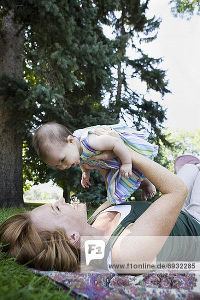 Mutter und Baby im freien