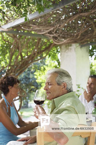 Außenaufnahme Mensch Menschen am Tisch essen freie Natur