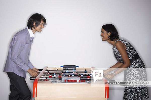 Fußball Tisch spielen Mann und Frau