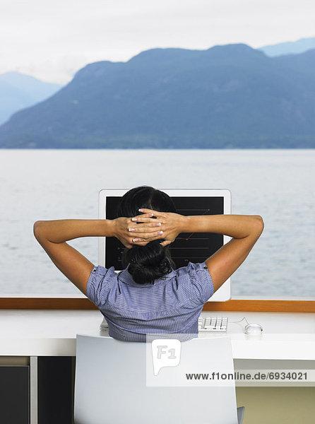 benutzen Frau Computer Fenster Ozean frontal Ansicht