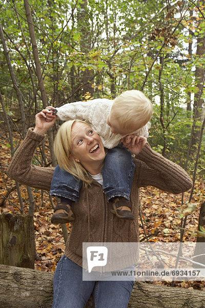 Außenaufnahme  Sohn  Mutter - Mensch  freie Natur