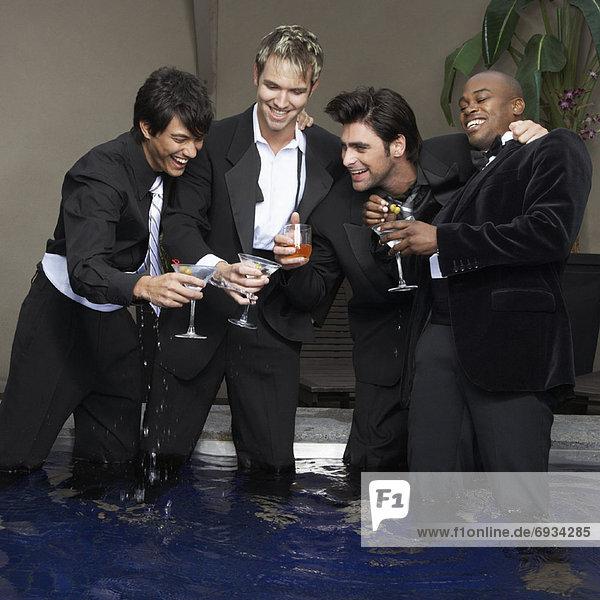 stehend Mann Cocktail trinken Kleidung
