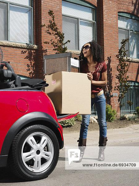 Frau  Auto  verpacken  Eigentum  voll