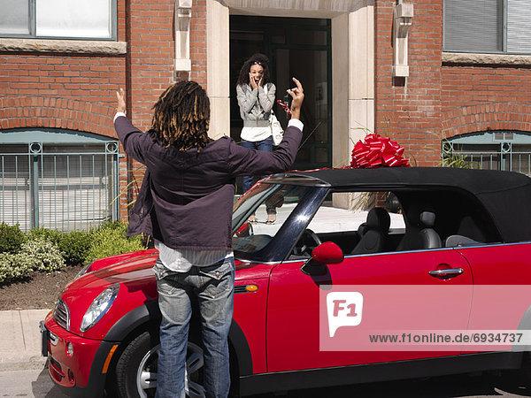 Frau  Mann  geben  Auto  neu
