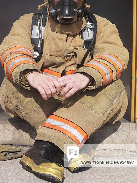 sitzend  Eingang  Feuerwehrmann