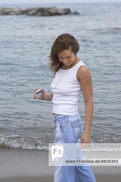 Frau  gehen  Strand  Spiel  vorwärts  MP3-Player  MP3 Spieler  MP3 Player  MP3-Spieler