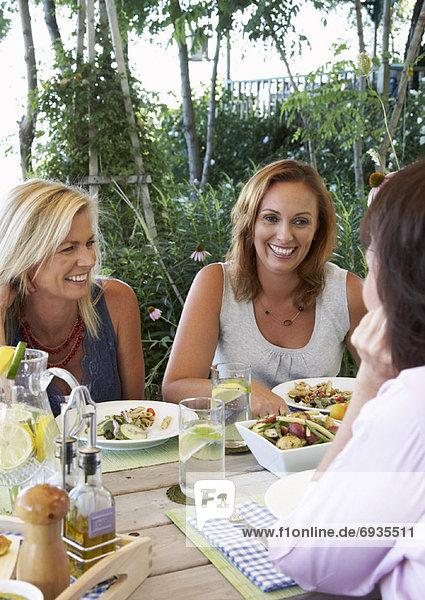 Außenaufnahme Frau essen essend isst freie Natur