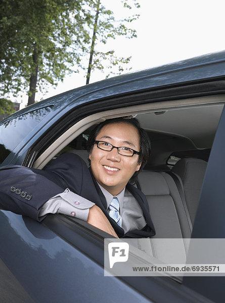 Kaufmann im Auto