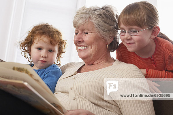 Frau Enkeltochter vorlesen