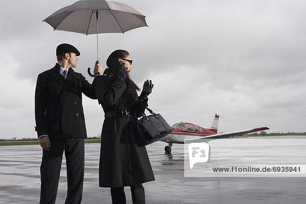 Frau  Mann  Flughafen  Asphalt