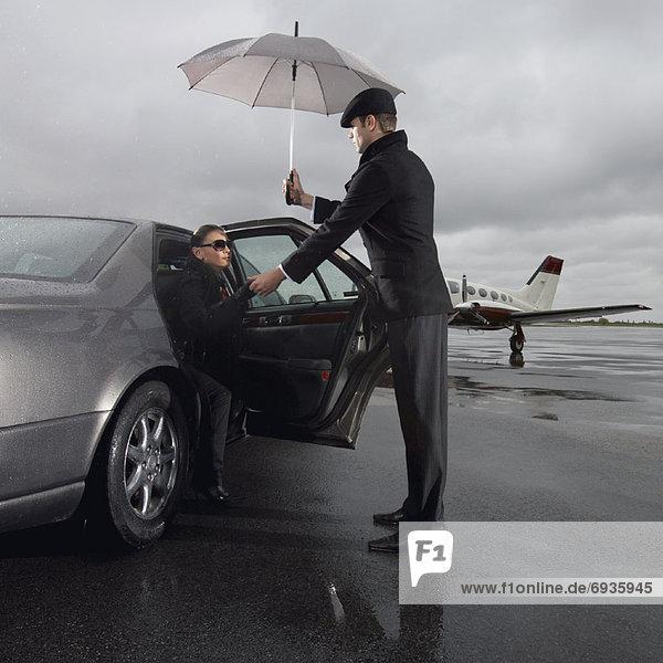 Frau  Hilfe  Chauffeur  Fahrer