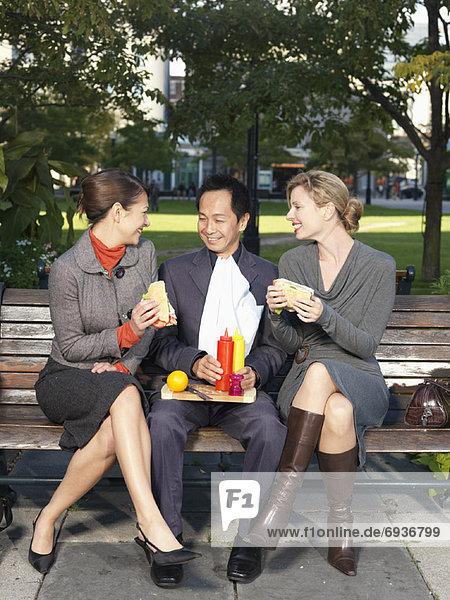 Mensch  Menschen  Sitzbank  Bank  essen  essend  isst  Mittagessen