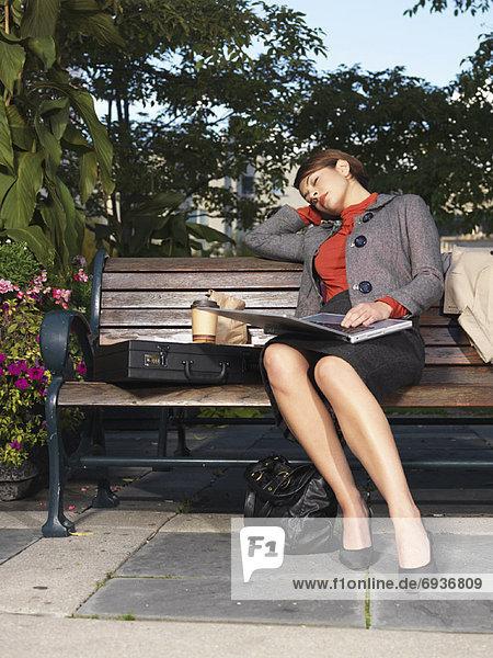benutzen  fallen  fallend  fällt  Frau  Computer  Notebook  schlafen  Sitzbank  Bank