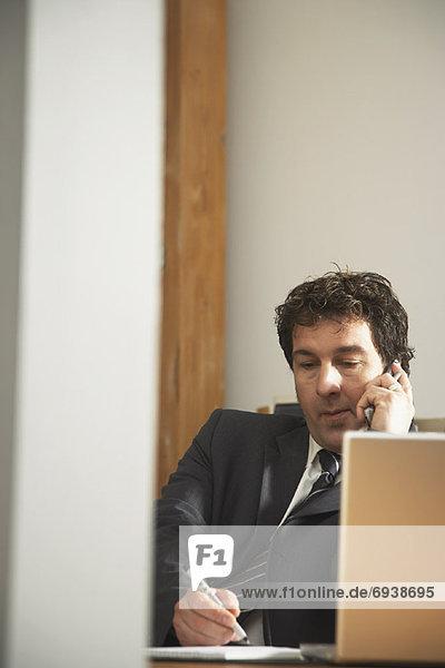 Kaufmann über Telefon