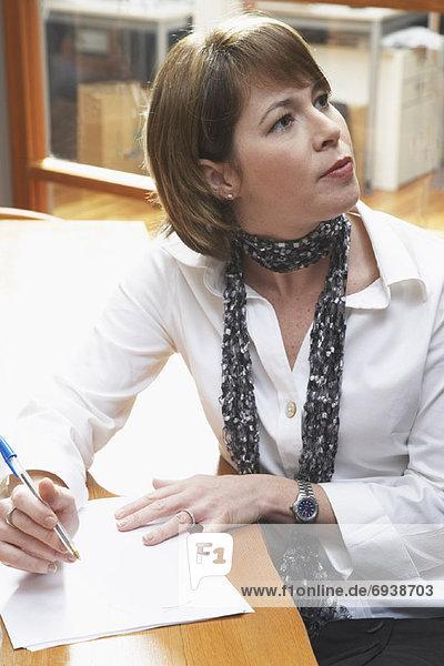 Geschäftsfrau Aufzeichnen von Notizen