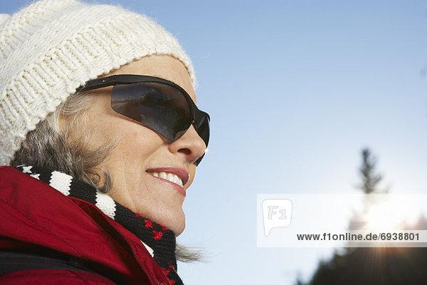 Frau im Freien im Winter