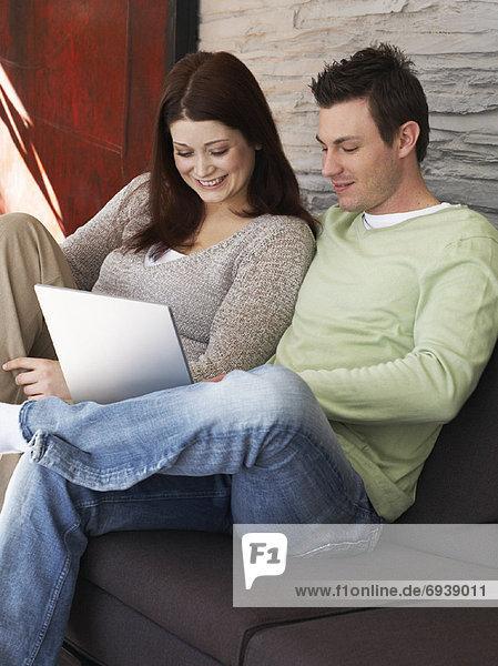 Paar mit Laptop-computer
