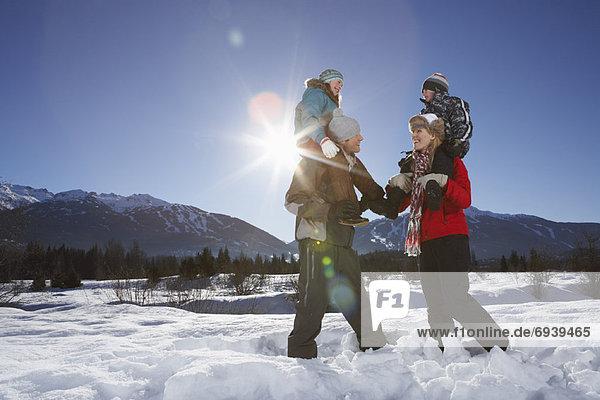 geben  Menschliche Eltern  fahren  huckepack