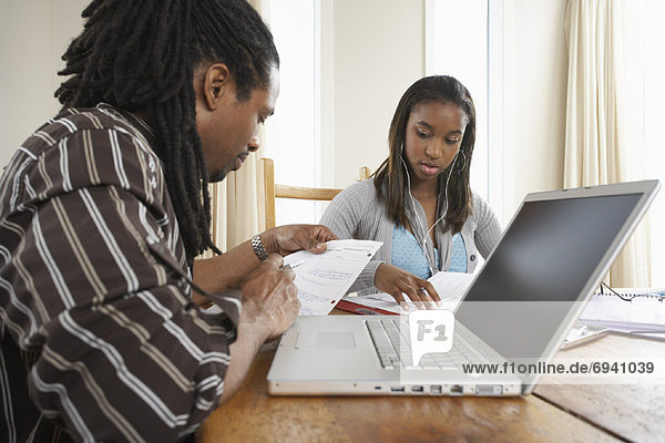 Menschlicher Vater Hilfe Tochter Hausaufgabe
