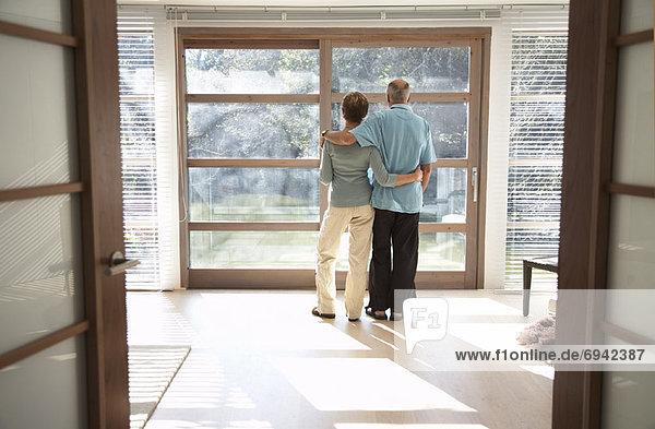 Paar suchen Out Fenster