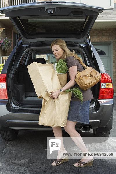 Frau Auto Lebensmittelladen entfernen entfernt