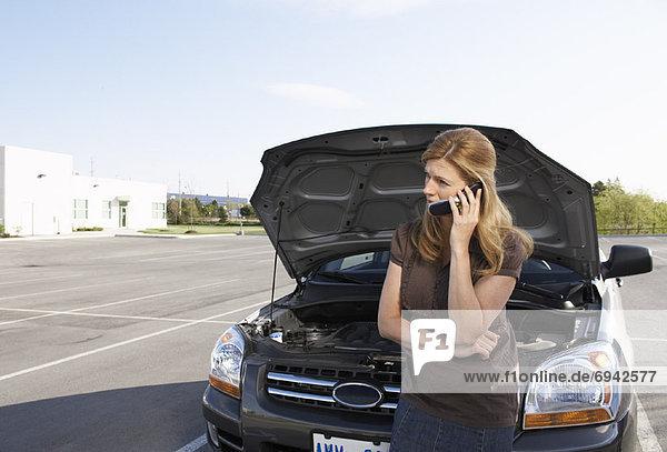 Handy  benutzen  Frau  Auto  Gespräch  Gespräche  Unterhaltung  Unterhaltungen  Hilfe
