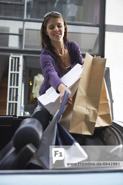 Frau  tragen  Auto  Tasche  kaufen