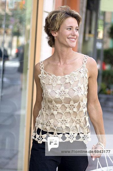 Frau tragen Tragetaschen