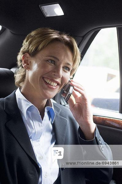 Handy  benutzen  Geschäftsfrau  Auto