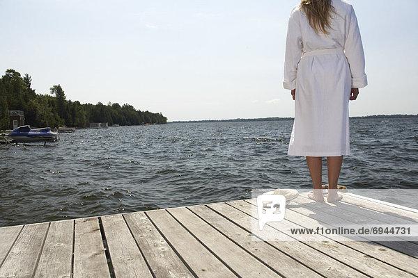 Frau stehend auf Dock