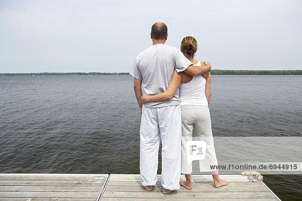 Paar stehend auf Dock