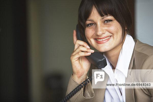 Geschäftsfrau Gespräch auf Telefon