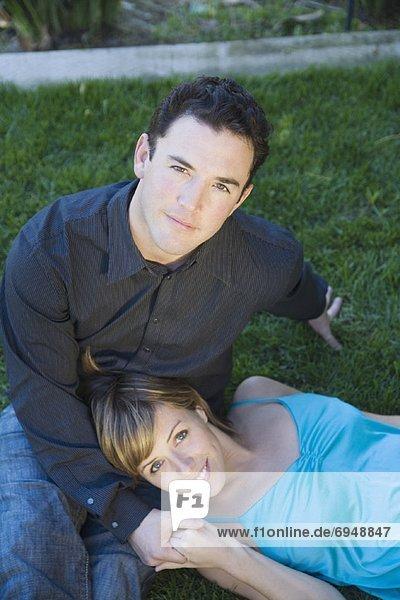 Paar auf Rasen