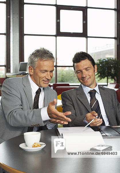 Geschäftsleute suchen im Dokument