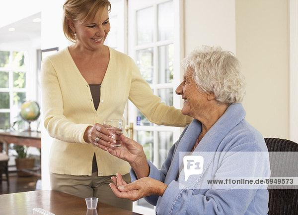 Senior,  Senioren , Frau , nehmen , Pille , Hilfe