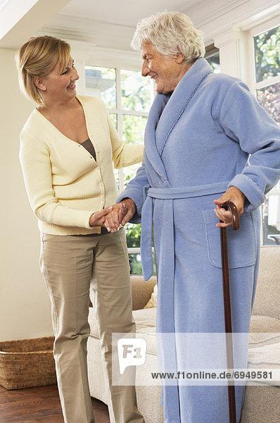 stehend  Senior  Senioren  Frau  empfangen  Hilfe