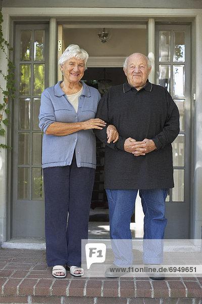 stehend Senior Senioren Portrait Wohnhaus frontal