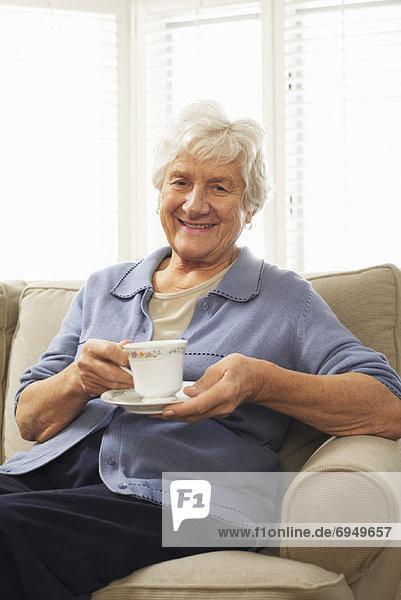 sitzend, Senior, Senioren, Portrait, Frau, Tasse, Couch, halten, Untertasse