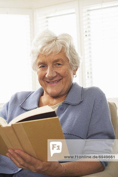 Senior Senioren Portrait Frau Buch Taschenbuch vorlesen