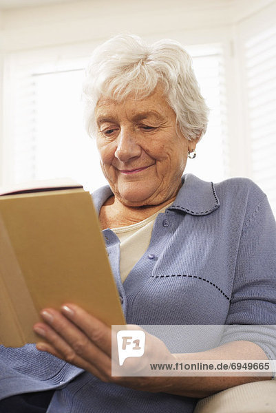 sitzend Senior Senioren Frau Couch Buch Taschenbuch vorlesen sitzend,Senior,Senioren,Frau,Couch,Buch,Taschenbuch,vorlesen