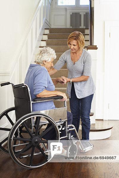 Senior  Senioren  Frau  empfangen  Hilfe  Rollstuhl