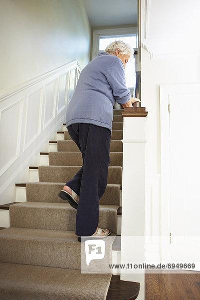 Stufe  anprobieren  hoch  oben  Senior  Senioren  Frau  gehen