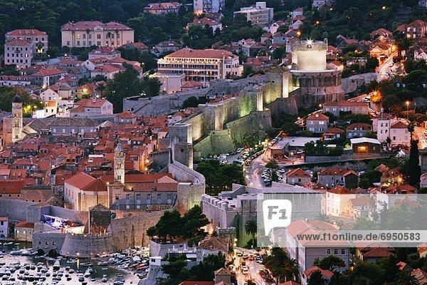Großstadt Kroatien Dubrovnik Abenddämmerung alt
