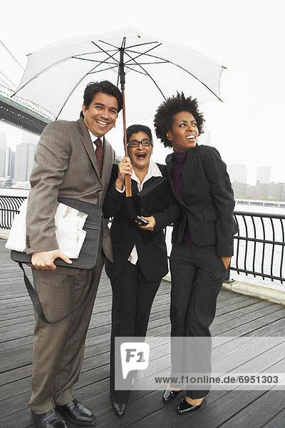 Vereinigte Staaten von Amerika  USA  New York City  Mensch  Menschen  Regenschirm  Schirm  unterhalb  Business  East River