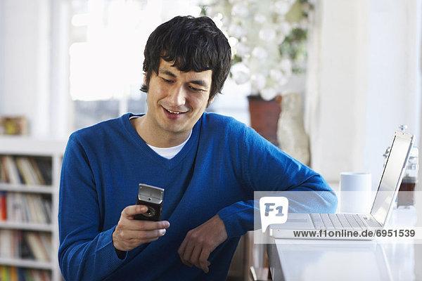 Mann Meldung Nachricht lesen Text