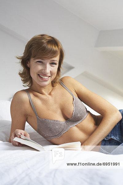 Frau Lesung auf dem Bett Frau Lesung auf dem Bett