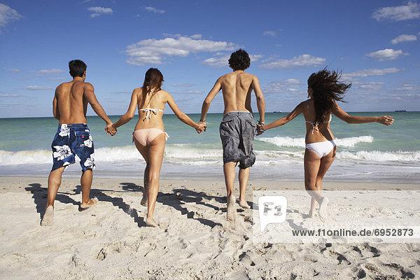Mensch Menschen Strand Menschengruppe Menschengruppen Gruppe Gruppen rennen